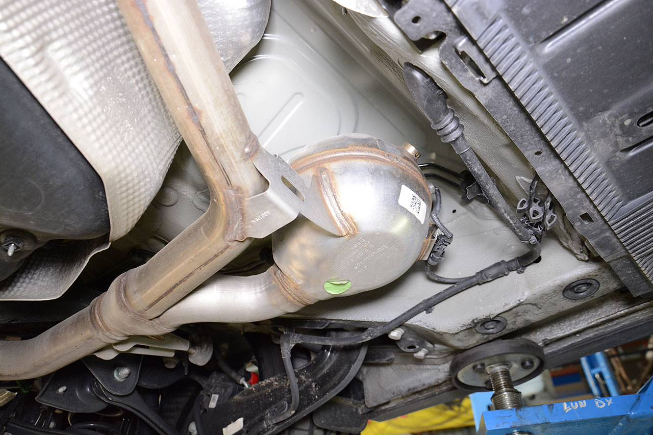 "Stock exhaust Golf Mk7 GTD with ""Sport & Sound"" / Sound Generator - speaker detail"