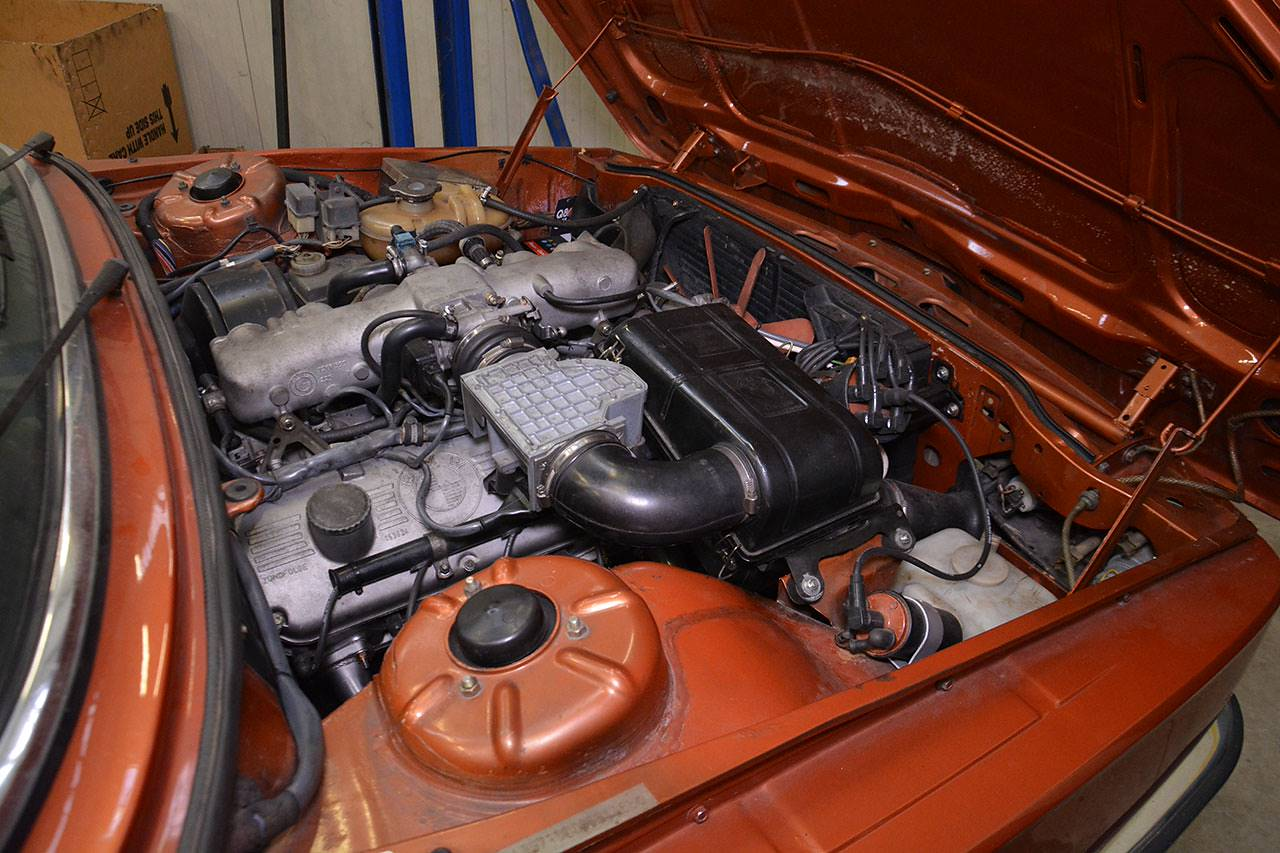 Engine compartment BMW E12